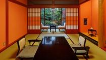 【山茶亭/葵】朱を基調とした温かな雰囲気のあるバリアフリーの和室タイプです。