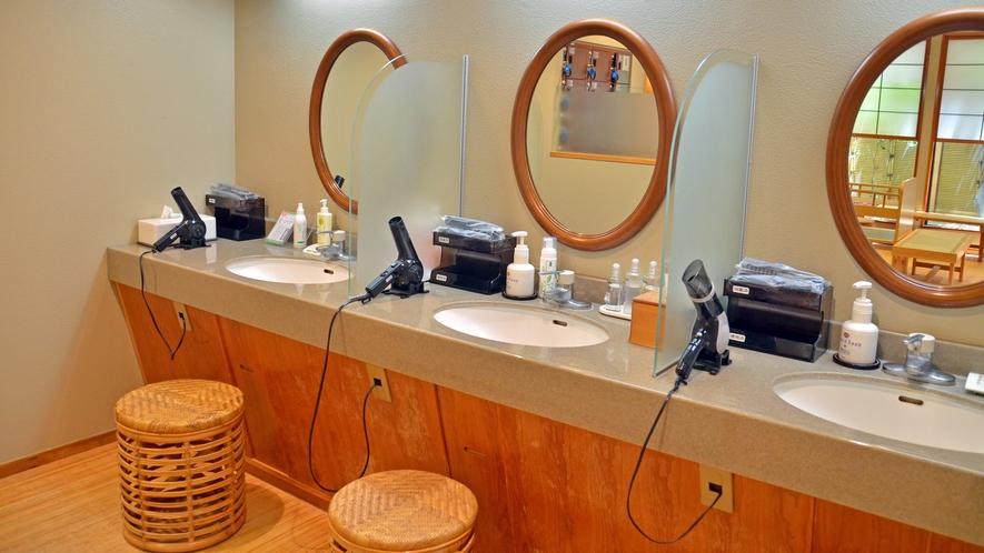 大浴場【華の湯】湯上りにお化粧や整髪など、ゆったりとしたスペースで利用いただけるパウダールーム