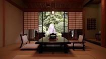 【翠月/数寄屋造り和室】静寂を映し出す日本庭園を眺める8畳+4畳の数寄屋造り和室です。