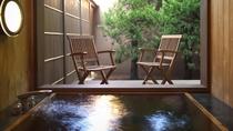 【翠月/山茶花】源泉かけ流しの半露天風呂を備え、縁側の自然や豊かな空間をお楽しみいただけます