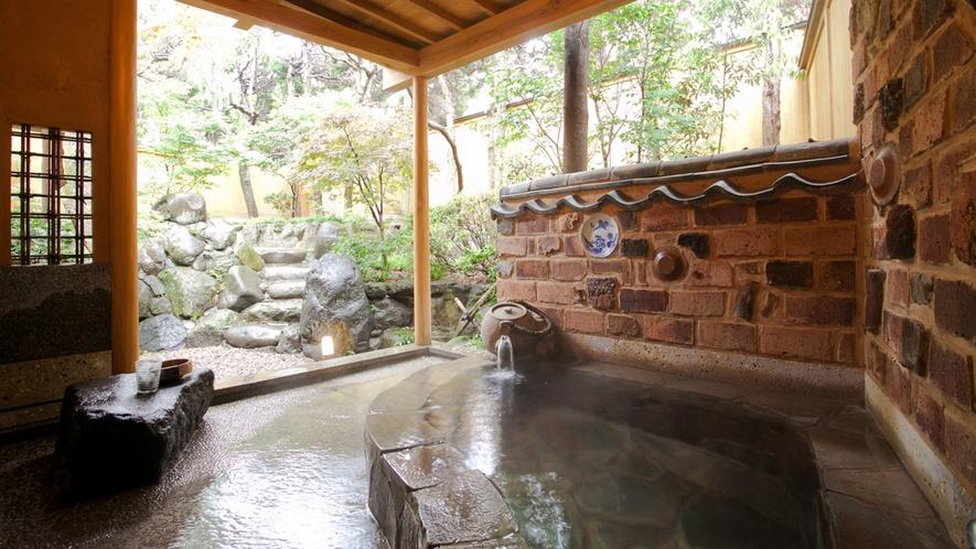 【山茶亭/藤】陶器の町有田町のトンバイ塀をイメージしたお茶風呂が人気。