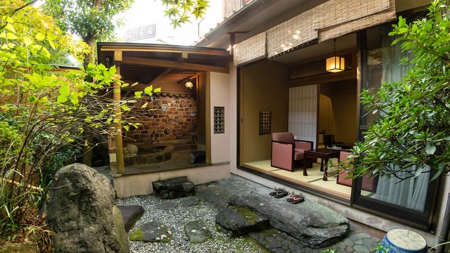 【山茶亭/藤】日本庭園を眺めながらゆったりとお過ごしいただけるお部屋です。