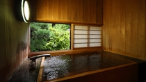 【翠月/数寄屋造り和室】お部屋には源泉かけ流しの木風呂の内湯があります