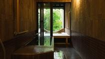 【山茶亭/蔦】内風呂と露天風呂がそれぞれあり、嬉野温泉の湯をお楽しみいただけます。