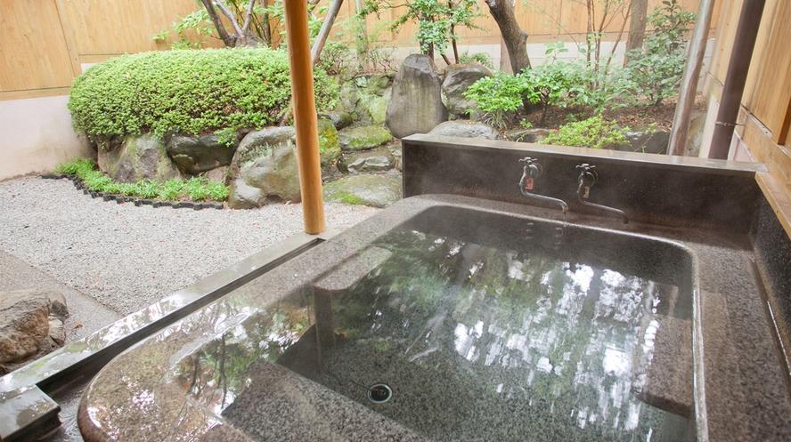 【山茶亭/楠】石で出来た重厚な石風呂はとても温もりのあるお風呂です。