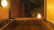 【翠月/桔梗】源泉かけ流しの桧の半露天風呂を備えています。