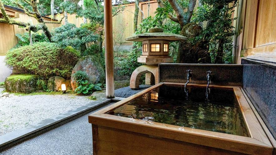 【山茶亭/山吹】お風呂は小庭に面しており、庭園にある石灯篭も温もりを感じます。