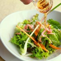 【地物野菜のサラダ】新鮮な野菜には、職人が丹精こめて作った雑賀の酢を。