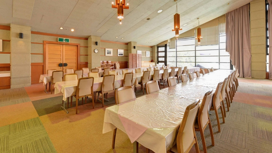 *食事処/ゲレンデ・山側に面した席が人気。夕朝食はこちらでお召し上がり頂きます。