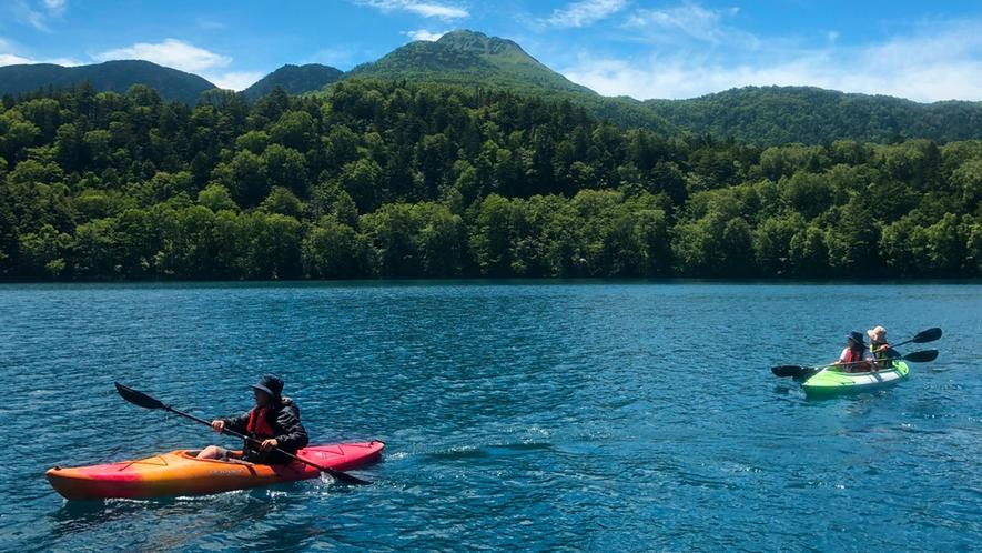 *カヌー体験/澄み切った青空の中、豊かな原生林や水の音をお愉しみいただけます