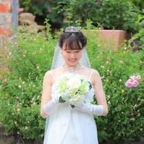 グリーンのガーデンに白いドレスが映える…幸せを形づくるクラリスのフォトウェディング。
