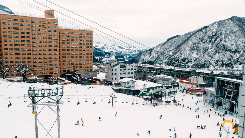 【ロケーション 山側】 冬は布場ファミリーゲレンデを一望できます。