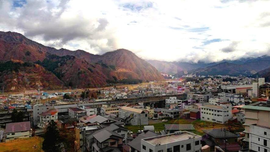 【ロケーション 街側】 高台にある当館は冬の湯沢町を一望できます。