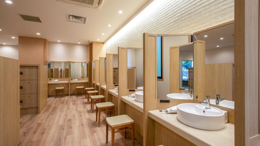 【女性大浴場 脱衣場】 女性にはうれしい三面鏡。新たにパウダーカウンターも新設します。