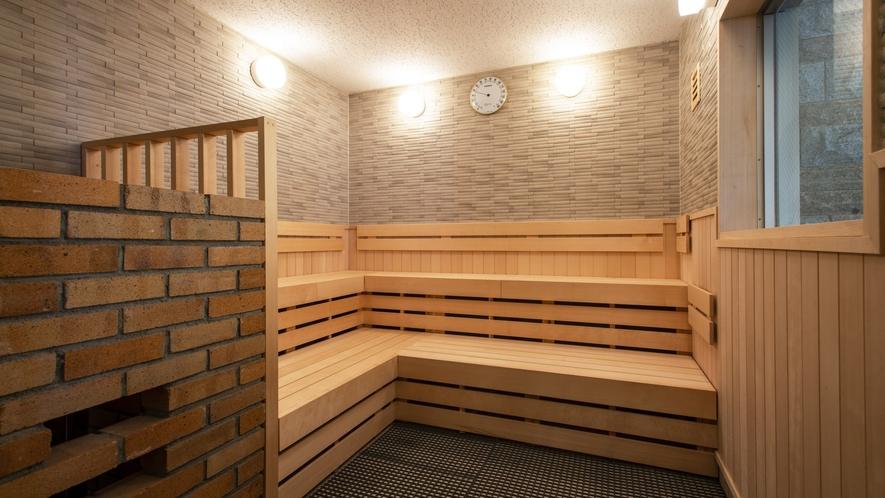 【男性大浴場】 高級感溢れる美しい木目のサウナ室内。大柄の男性でもゆったり入れます(定員8名)