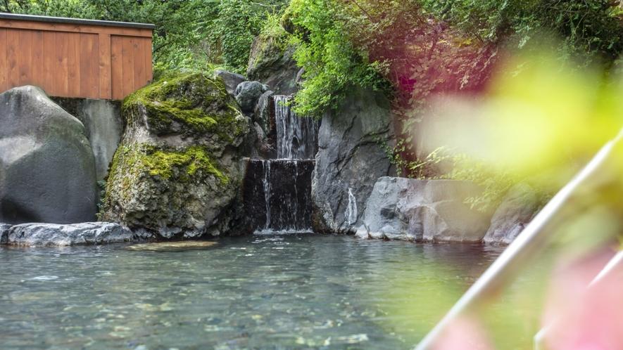 【露天風呂】 四季折々のの露天大岩風呂。空気もおいしい。エリア最大級の露天大岩風呂で身も心もリラック