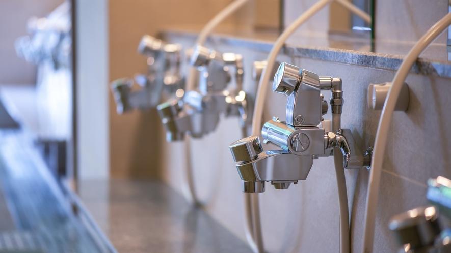 【男性大浴場】 当館のシャワーは水量自慢!シャワーの圧力は◎です♪
