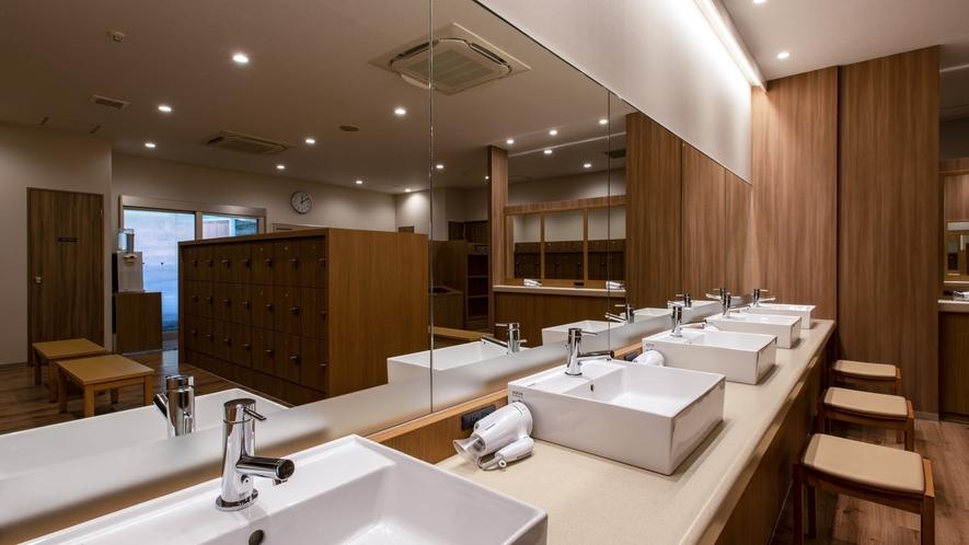 【男性大浴場】 明るくモダンな雰囲気に変わった脱衣場。