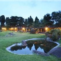 夕暮れの日本庭園