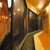 足湯 貸切風呂への入り口(館内)にあります。