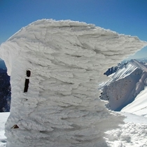谷川岳肩の小屋 鐘についた氷雪