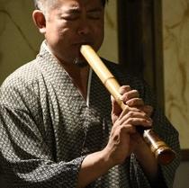 夕食の最後に伝統楽器「尺八」の生演奏を行っております。