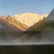 朝焼けの谷川岳 (貸切露天より 冬)