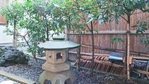 *お部屋からの景色/ほっと落ち着く昔ながらのお庭を眺めて、ごゆっくりお過ごしください。