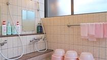 *女湯洗い場/家庭的なお風呂ですが、疲れを癒してお過ごしください。