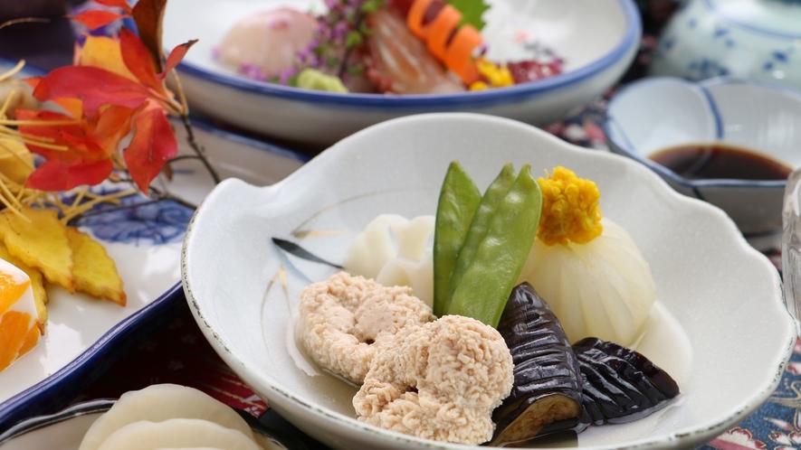 【ご夕食一例・グレードアップ】地元の旬の素材を使った四季折々の和食膳をお楽しみください。