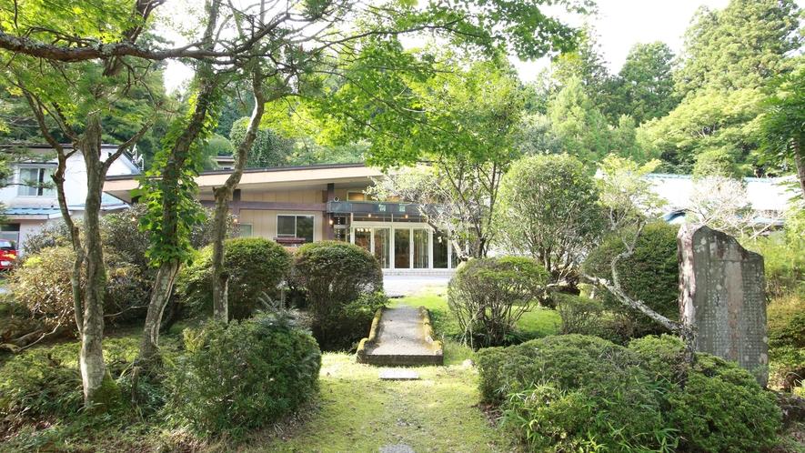 【庭園】四季の移ろいを楽しませてくれる木々や花々を、静かな気持ちで眺めてみるのもいかがでしょうか