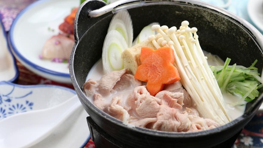 【ご夕食一例・グレードアップ】メインは季節により豆乳の鍋や陶板焼きに変わります。