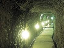 温泉へと続く洞窟の通路