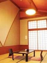 木の温もり溢れる広々とした和室(14畳)。天井が高く、開放感漂う。