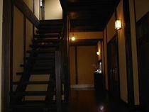 落ち着いた雰囲気の廊下・・・星降る家