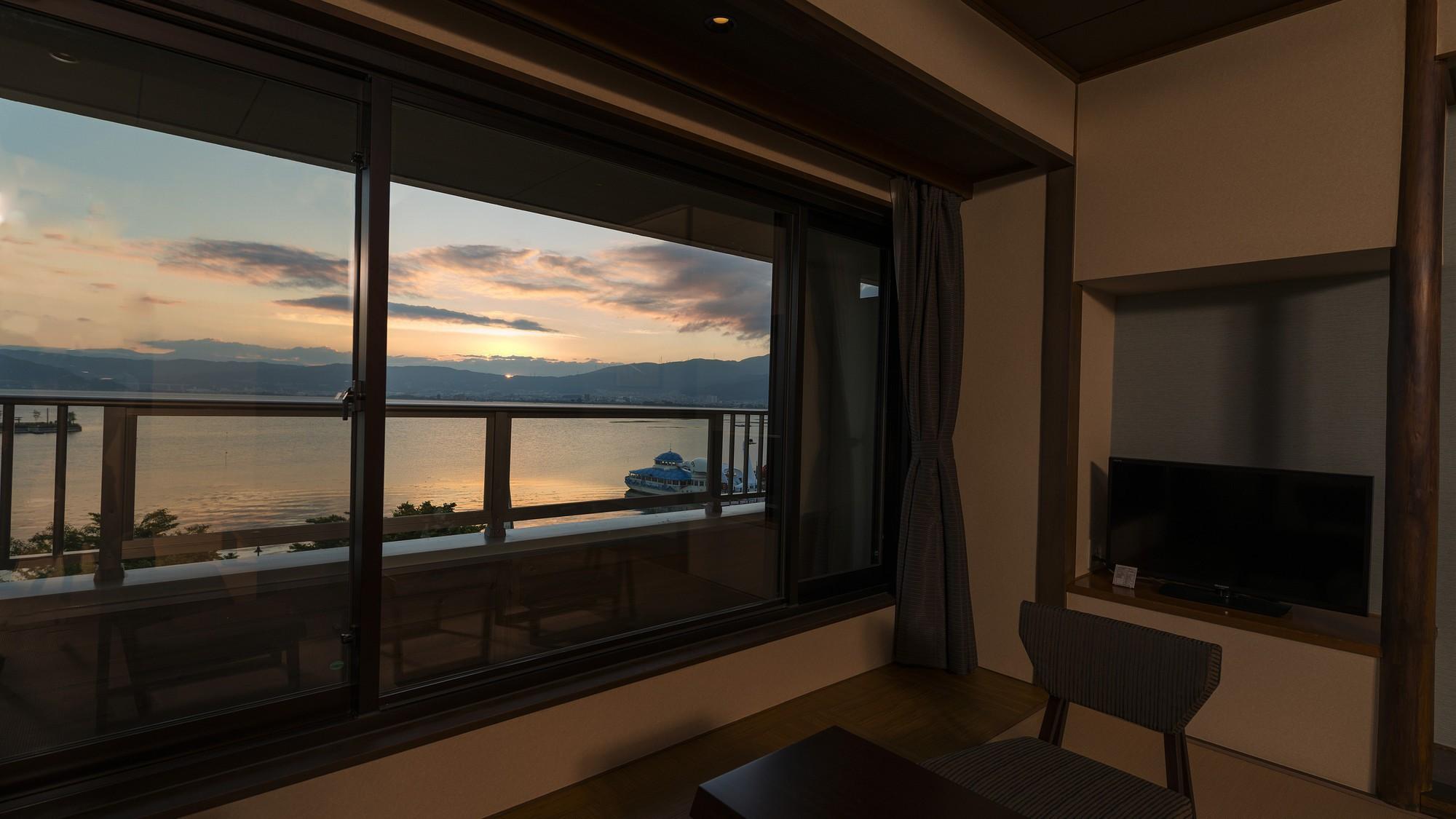 夕景【湖正面眺望・和室10畳】2015年リニューアル♪バルコニーを設けました♪