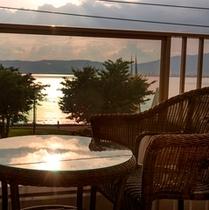 ≪テラスより≫夕暮れを満喫  客室:テラス付湖正面眺望・和室10畳