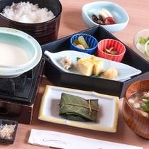 """こだわりの朝食【和定食】""""手作り豆腐""""""""地元の味噌ブレンドのお味噌汁""""など"""