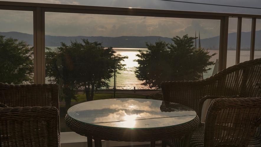 ≪テラスより≫夕暮れを満喫:テラス付湖正面眺望・和室10畳