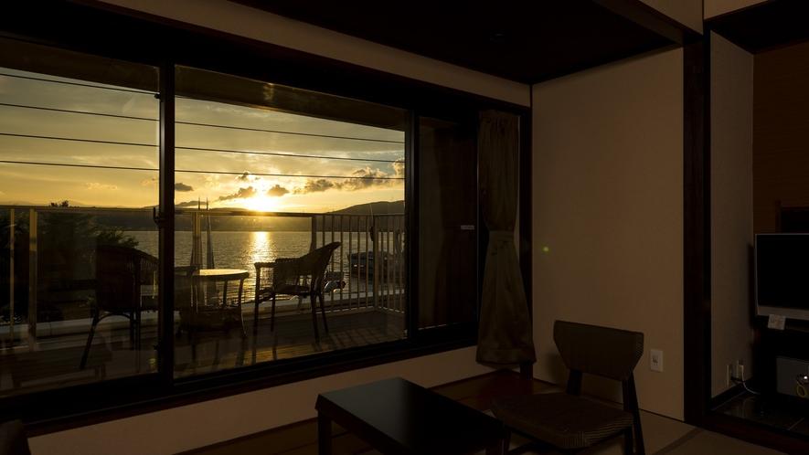【テラスより】夕暮れを満喫:テラス付湖正面眺望・和室10畳