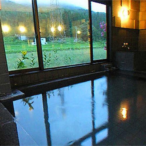 【大浴場】大きな窓からは白馬岩岳の四季折々の景色が眺められます。