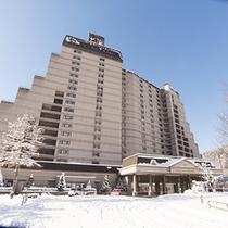 ウイングタワー正面玄関(冬・昼)