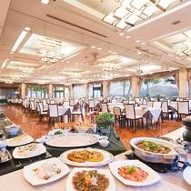 【朝食】開放的な空間のなか、80種類の和・洋バイキング料理がお楽しみ頂けます/レインボーホール
