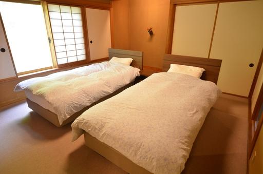 禁煙・ベッド付1階和室12畳+8畳(庭園)