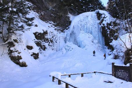 冬の凍結した善五郎の滝