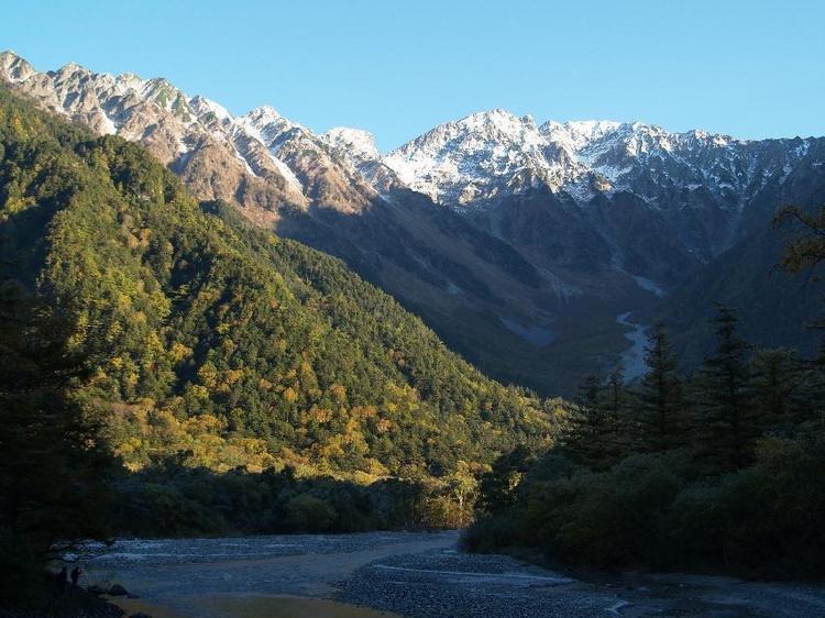 秋の朝の上高地穂高連峰。河童橋より