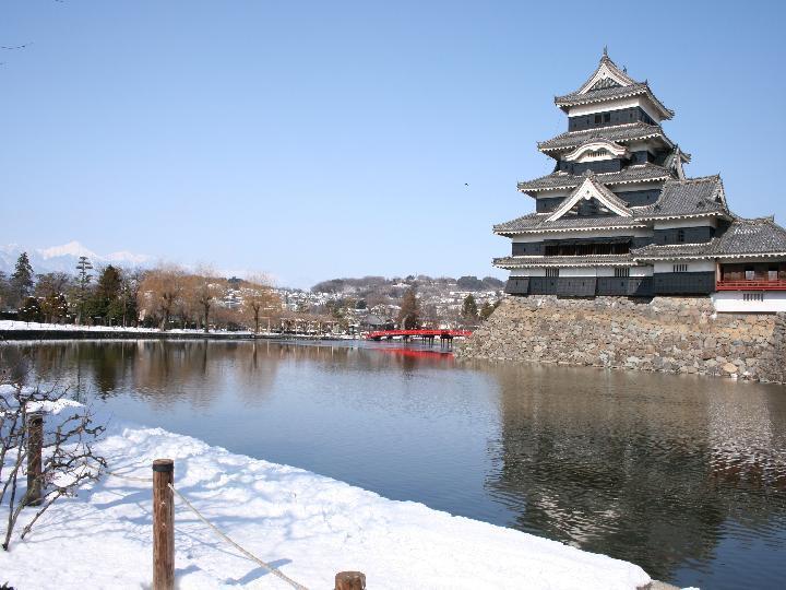 冬 雪の松本城