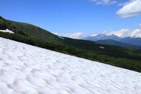 初夏の雪の乗鞍岳と穂高連峰