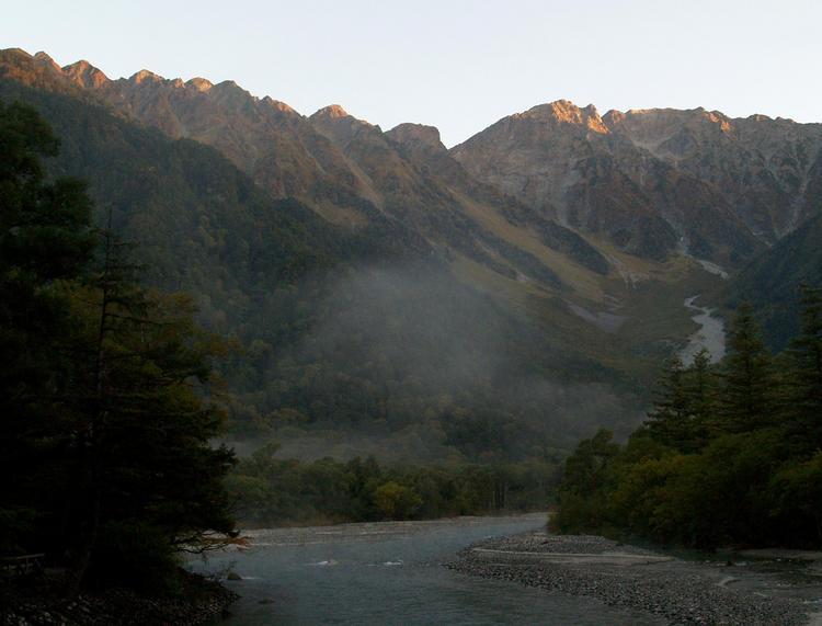 秋の朝焼けの穂高連峰。上高地・河童橋より