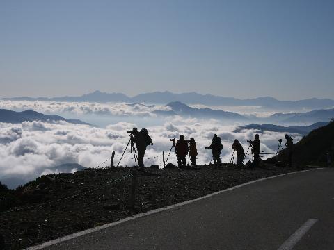 ○乗鞍岳の雲海と人々(横